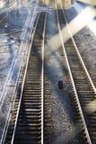 Железнодорожные пути через загородку Стоковые Изображения