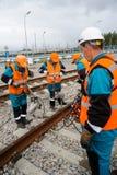 Железнодорожные работники при инструменты вибромашины ремонтируя путь Стоковая Фотография