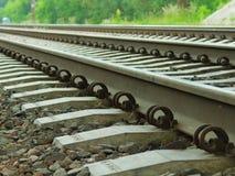 Железнодорожные рельсы и предпосылка конца-вверх слиперов стоковая фотография rf