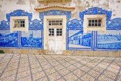 Железнодорожный вокзал Авейру историческое здание орнаментированный с много типичных голубых панелей Azulejos Стоковое Изображение