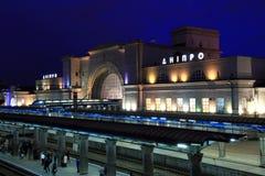 Железнодорожный вокзал в городе Dnipro с освещением Днепропетровском ночи, Dnipropetrovsk, Днепр, Украиной Стоковое Фото