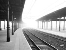 Железнодорожный вокзал в городе Opole в тумане стоковые фотографии rf