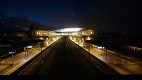 Железнодорожный вокзал Ганновера Messe-Laatzen около ярмарочной площади Ганновера на вечере видеоматериал