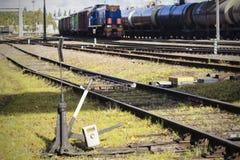 Железнодорожный вокзал, рельсы на переднем плане, Стоковое Изображение