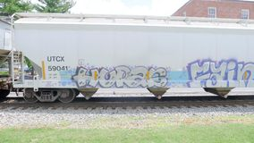 Железнодорожный поезд при граффити двигая медленно Стоковые Фото