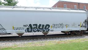 Железнодорожный поезд при граффити двигая медленно Стоковое Фото