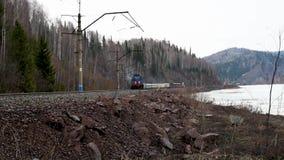 Железнодорожный проходить вдоль речного берега со старым электропоездом приближать к видеоматериал