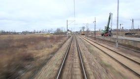 Железнодорожный путь бежать через coutry ландшафты сток-видео