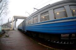 Железнодорожный путь в туманном утре Украинское пригородное tra стоковое изображение