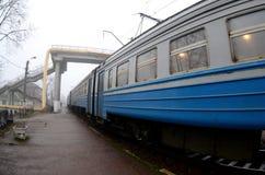 Железнодорожный путь в туманном утре Украинское пригородное tra стоковые фото