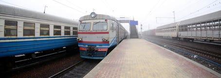 Железнодорожный путь в туманном утре Украинское пригородное tra стоковые фотографии rf