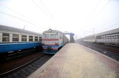 Железнодорожный путь в туманном утре Украинское пригородное tra стоковая фотография rf