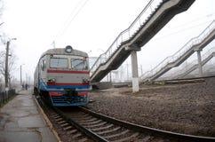 Железнодорожный путь в туманном утре Украинское пригородное tra стоковое фото rf