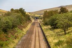 Железнодорожный путь в участках земли Йоркшира, Великобритания стоковое фото