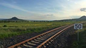 Железнодорожный путь в центральных богемских гористых местностях, чехия сток-видео