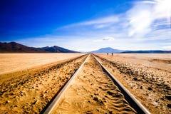 Железнодорожный путь в Altiplano Боливии стоковое фото