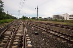 Железнодорожный путь и деревья в Таиланде Стоковые Изображения RF