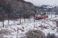 Железнодорожный путь Каунас пассажирского поезда идущий к Вильнюсу, Литве, виду с воздуха Стоковое фото RF