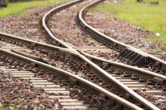 Железнодорожный путь, линия железнодорожный путь скрещивания на камне стоковая фотография rf
