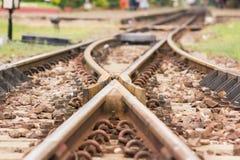 Железнодорожный путь, линия железнодорожный путь скрещивания на камне стоковые фотографии rf