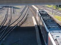Железнодорожный путь, светлый пропуск поезда корабля рельса через железную дорогу стоковое фото