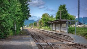 Железнодорожный путь с взглядом улицы стоковая фотография