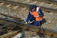 Железнодорожный работник подгоняет железнодорожный переключатель железной дороги стоковое изображение