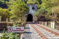 Железнодорожный тоннель в горе и знаке Â «отсутствие ` входа около железнодорожного вокзала Psirtskha Стоковая Фотография