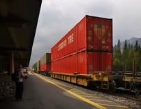 Железные дороги товарного состава Banff, канадские скалистые горы Стоковая Фотография RF