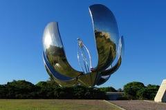 Железный большой цветок с солнечной энергией в парке от Буэноса-Айрес стоковая фотография