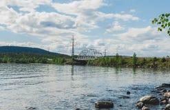 Железный мост режет большое озеро стоковая фотография