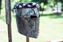 Железный шлем средневекового рыцаря на деревянной стойке стоковое изображение
