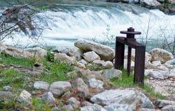 Железный штендер для ставить шлюпки на якорь около малого водопада в лесе Стоковое Изображение RF