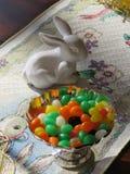 Желейные бобы и помощь малая белая кролика фарфора установили сладостную пасху стоковые фотографии rf