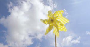 Желтая ветрянка закручивая в ветер на голубом небе лето seashells песка рамки принципиальной схемы предпосылки видеоматериал
