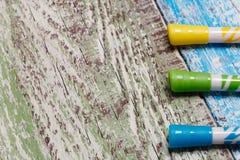 Желтая, зеленая и голубая отметка на деревянной предпосылке стоковое изображение rf