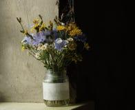Желтая и голубая стойка цветков луга в опарнике Стоковое Фото