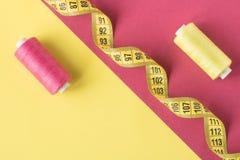 Желтая и розовая предпосылка со сравнивая катышками шить потока стоковое фото rf