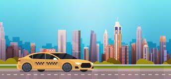 Желтая кабина автомобиля такси на дороге над современной предпосылкой города иллюстрация штока