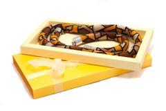 Желтая коробка с украшением шарика на белизне Стоковое Изображение