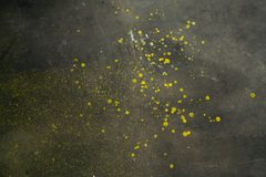 Желтая краска splattered на поле гаража цемента стоковые фото
