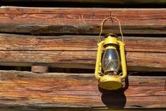 Желтая лампа нефти на стене стоковое фото