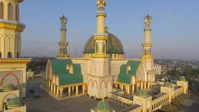 Желтая мечеть Habbul Wathan мечети в Индонезии, дне воздушной мечети взгляда трутня солнечном, голубом небе, заходе солнца акции видеоматериалы