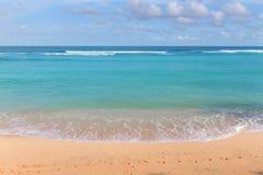 Желтая песочная линия побережья с лазурными пенообразными океанскими волнами на яркий солнечный день Стоковая Фотография RF