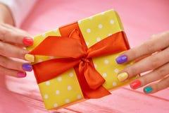 Желтая подарочная коробка в женских руках Стоковое Изображение RF