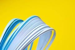 Желтая предпосылка с голубыми абстрактными голубыми линиями стоковые фотографии rf