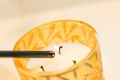 Желтая стеклянная свеча разбалластования ширины подсвечников стоковое изображение