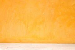 Желтая стена grunge с улицей стоковая фотография