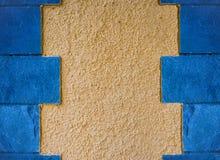 Желтая текстура стены с голубыми плитками Стоковая Фотография RF