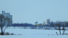 Желтая церковь в городе зимы стоковая фотография rf
